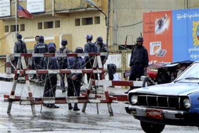 Foto - Forze di polizia attorno alla prigione di Insien per il verdetto